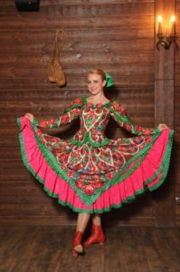 танцовщица в красных кадрильках катюша