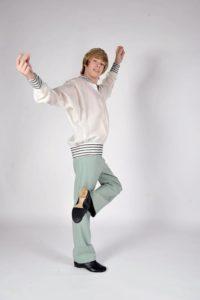 мальчик в классических танцевальных туфлях